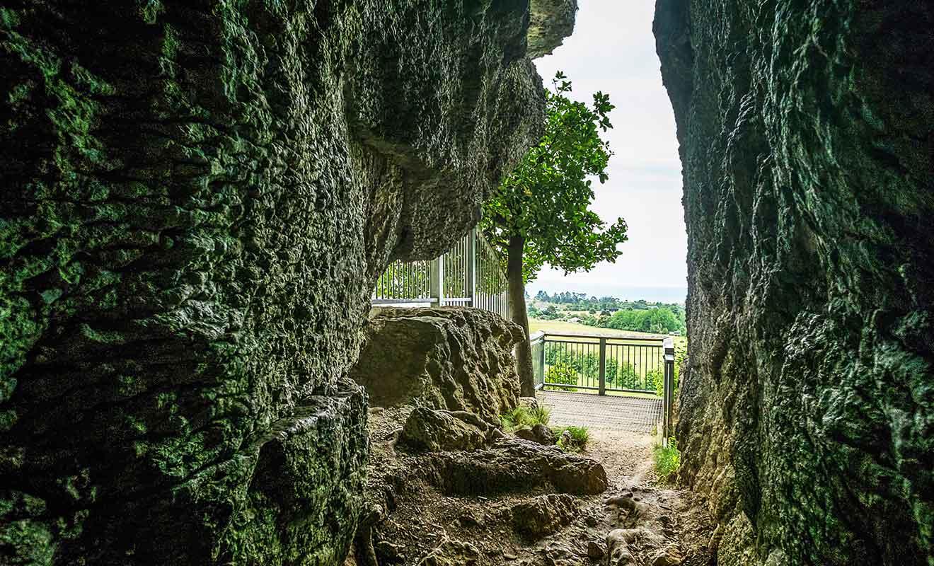 Avancez au milieu des rochers immenses jusqu'à un couloir étroit qui rejoint une plateforme d'observation sur Golden Bay.