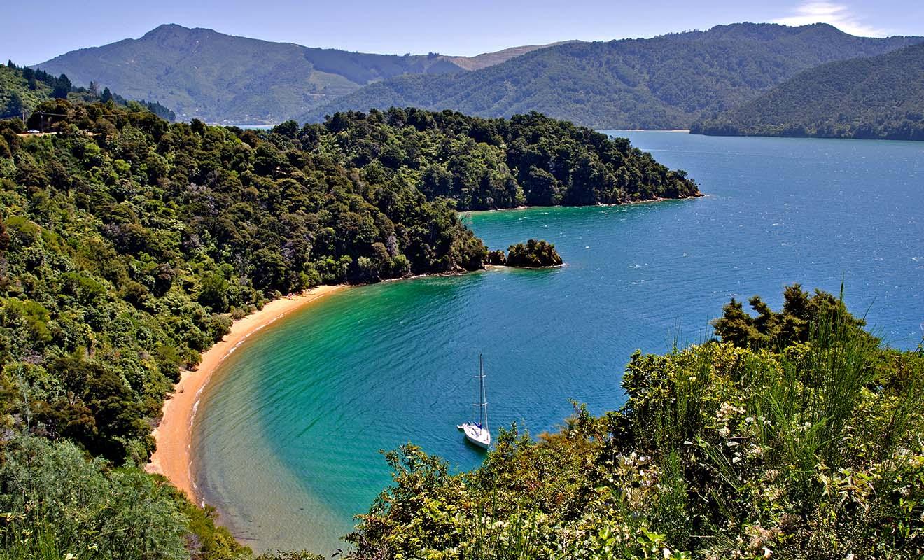 Golden Bay prolonge le parc national d'Abel Tasman et n'a rien à lui envier, avec plages orangées et des lagons turquoise.