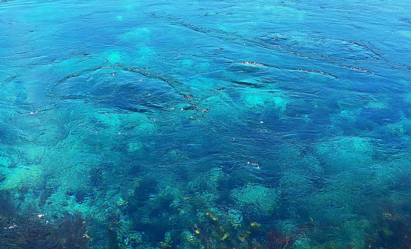 L'eau qui remonte de la source engendre des tourbillons en surface.