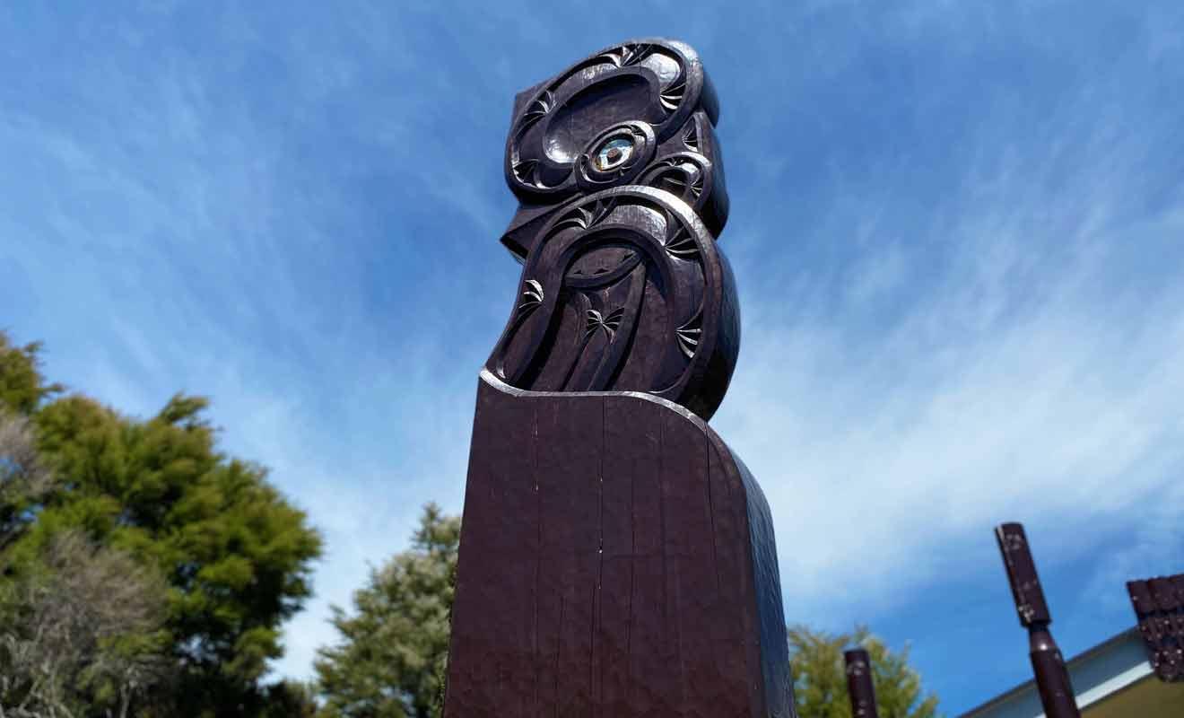 Les totems maoris sculptés près du parking confirment le caractère tapu (sacré) des Pupu Spings.