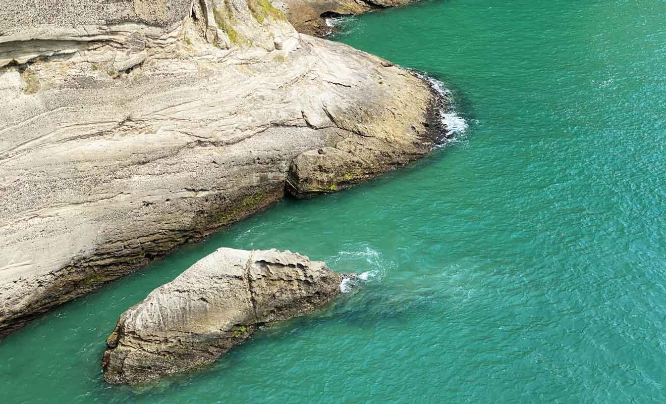 Les sédiments arrachés aux falaises sont emportés par les courants marins jusqu'à Farewell Spit.
