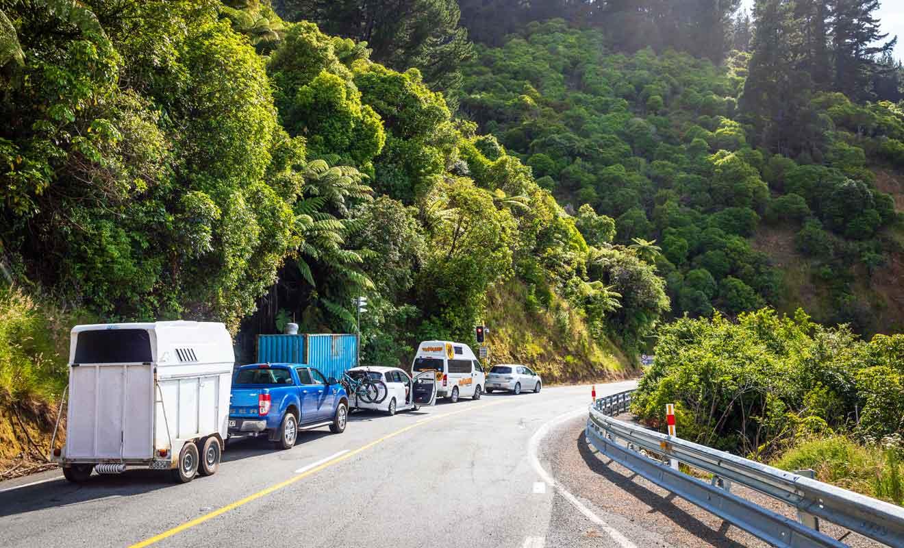 Une seule route traverses les collines, alors il faut parfois patienter en cas de travaux.