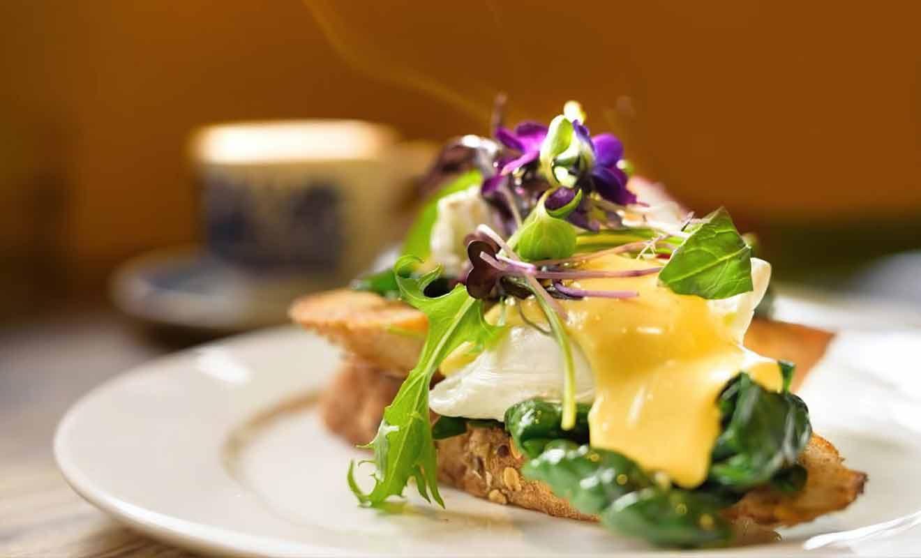 Wholemeal Café est une taverne qui ouvre tôt le matin et ferme en début d'après-midi sauf les vendredis et samedis ou l'on peut consommer jusqu'à 19:30.