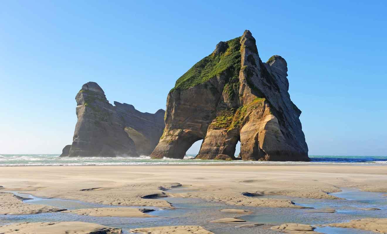 La plage de Wharariki justifie à elle seule la visite de Golden Bay.