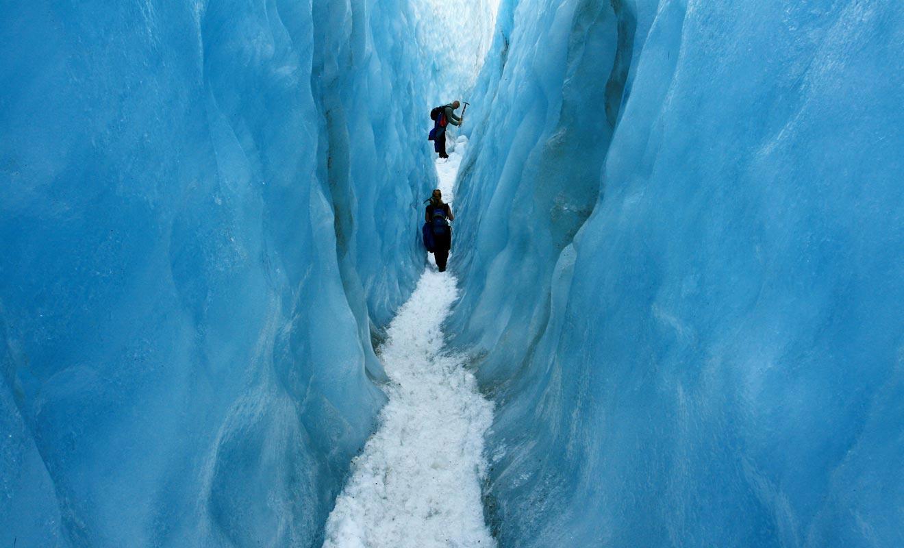 Explorer un glacier comme le Fox sans guide est très dangereux. Des crevasses peuvent être cachées par une fine couche de neige !