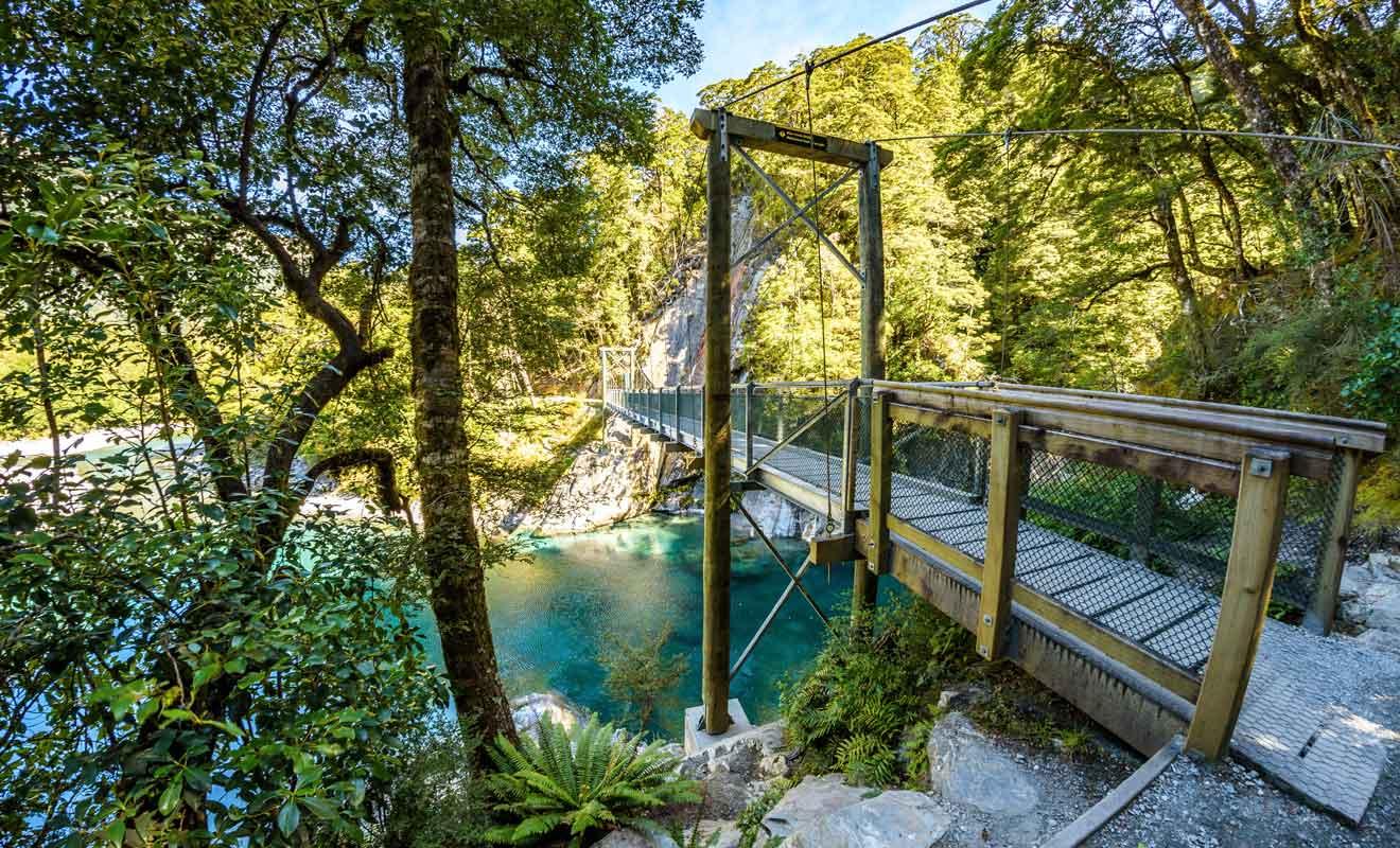 Le pont qui surplombe les Blue pools n'accepte pas plus de dix randonneurs à la fois.
