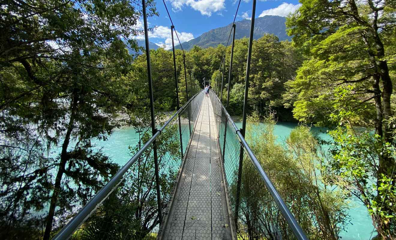 Même s'ils sont solides, les ponts suspendus sont conçus pour un nombre maximal de marcheurs.