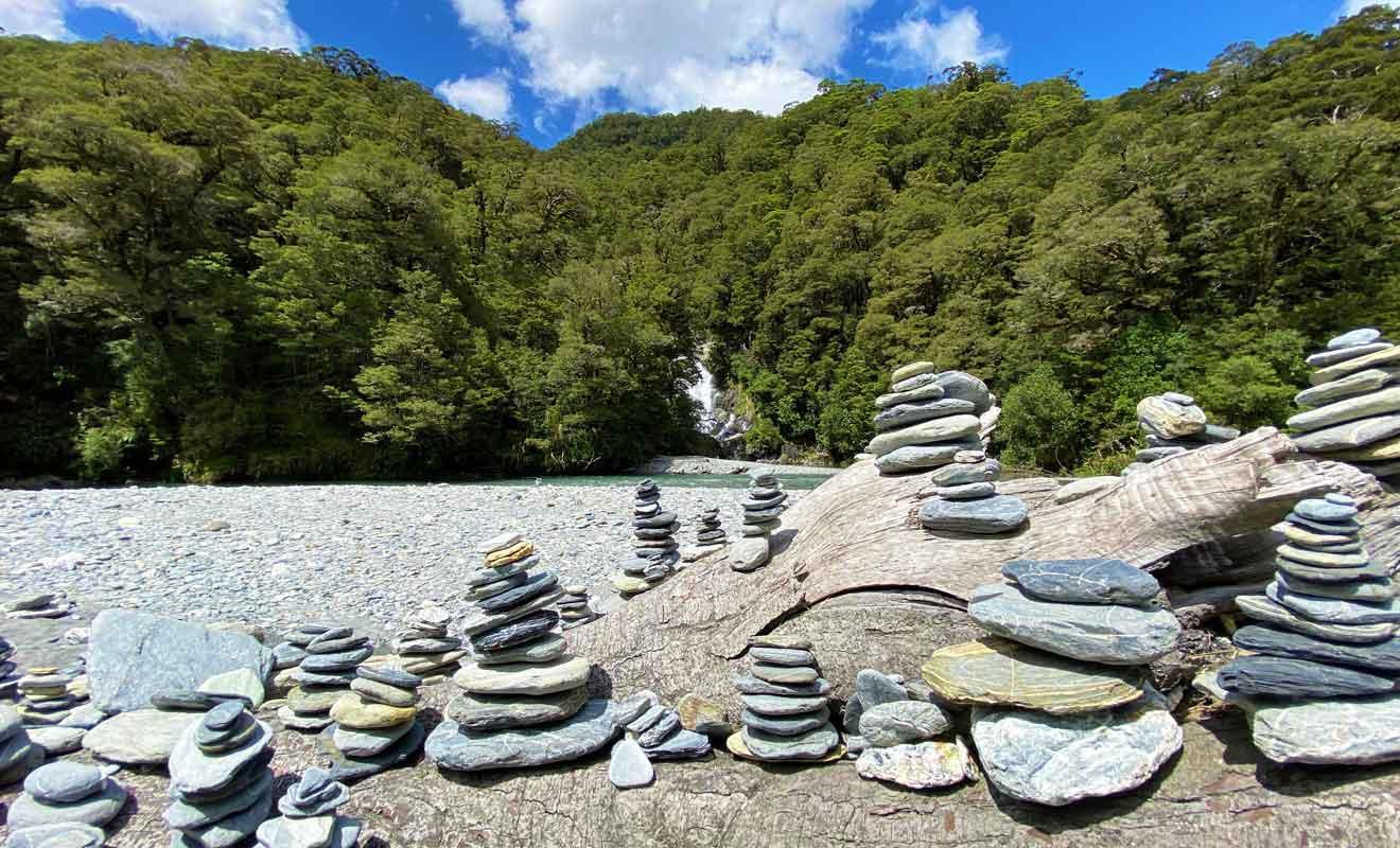 Les visiteurs construisent des cairns comme s'il y avait une obligation de le faire.