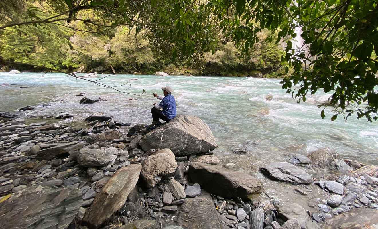Pour un second point de vue, vous pouvez rejoindre les rochers qui bordent le lit de la rivière.