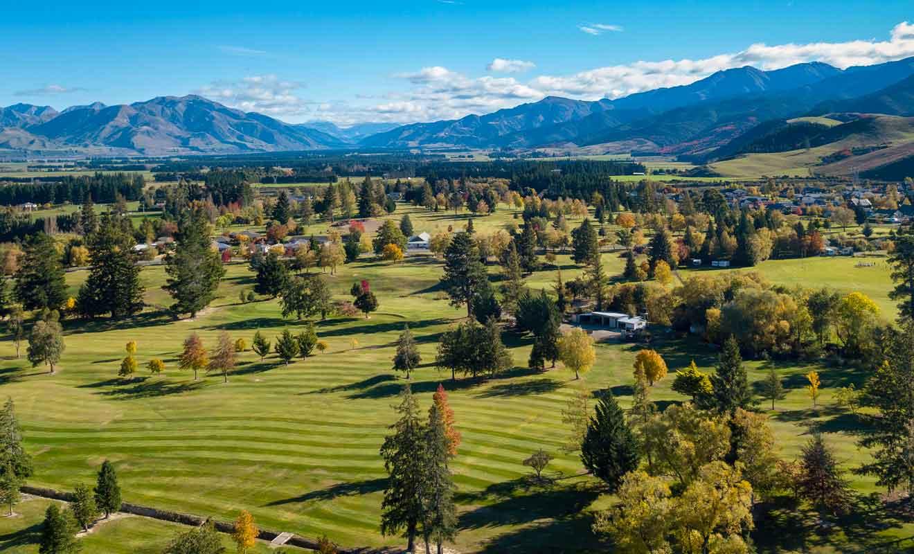 Le terrain de golf est un huit trous.
