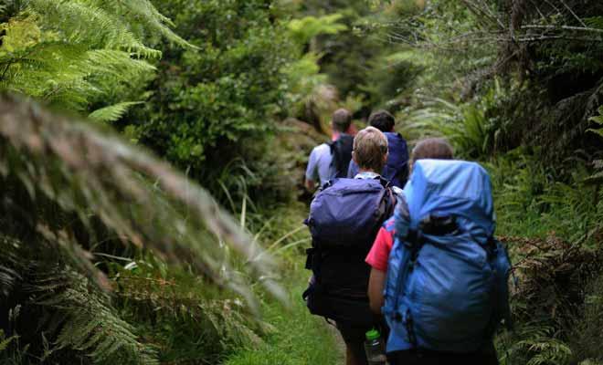 Lorsque les écoliers en vacances se joignent aux touristes de tous les pays, les chemins de randonnée sont parfois encombrés.