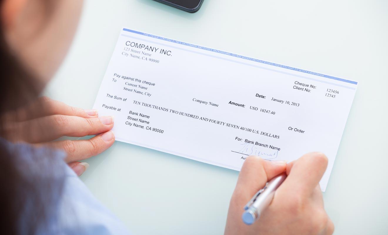 S'il est possible de payer son loyer mensuellement, les propriétaires réclament habituellement le paiement à la semaine. Le règlement se fait par chèque ou par virement.