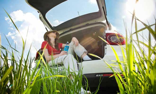 Dormir dans sa voiture pour faire des économies est une solution de secours. Mais n'espérez pas passer une nuit confortable dans une telle condition.