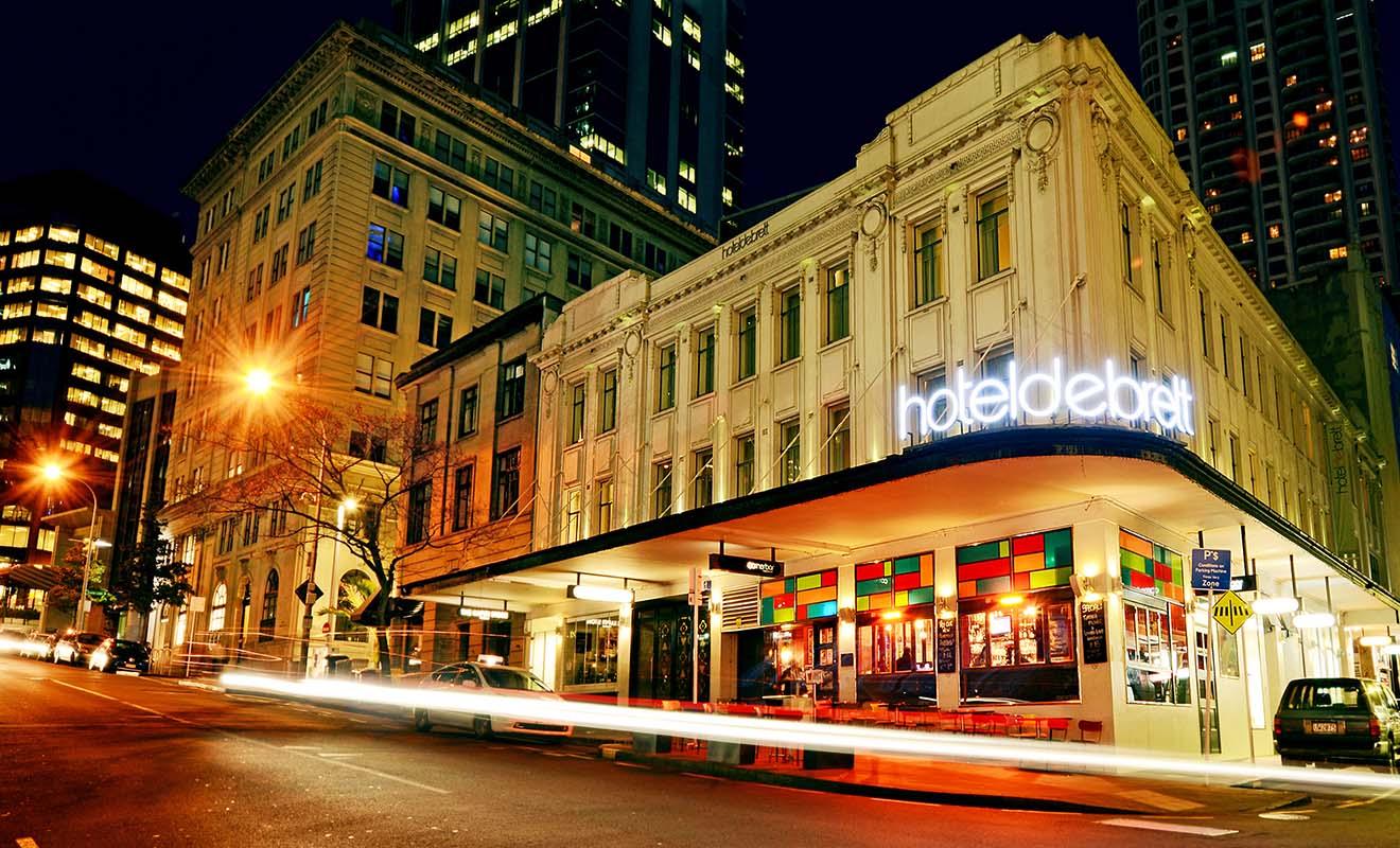 Assurez-vous que l'hôtel réservé possède un service de réception ouvert même en soirée ou de nuit.