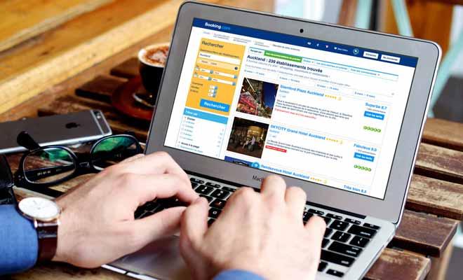 Booking.com regroupe l'immense majorité des hébergements ouverts à la réservation en Nouvelle-Zélande. La procédure se déroule à 100% en ligne sans devoir passer le moindre coup de fil. Même si vous ne parlez pas anglais, vous pouvez réserver, car le site internet de booking.com est traduit en français.
