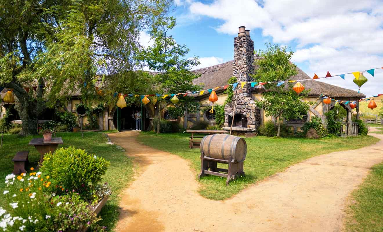 Initialement filmée en studio, l'auberge du Dragon vert a fait l'objet d'une construction en matériaux solides pour accueillir les visiteurs.