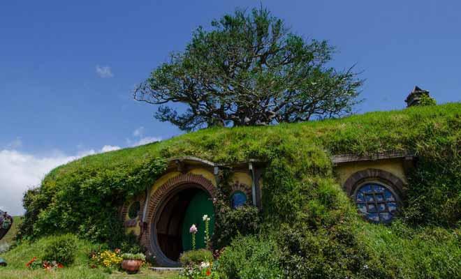 Bag End est la demeure de Bilbo. Elle se situe a sommet de la colline, sous un chêne replanté par l'équipe technique pour respecter les indications de Tolkien.
