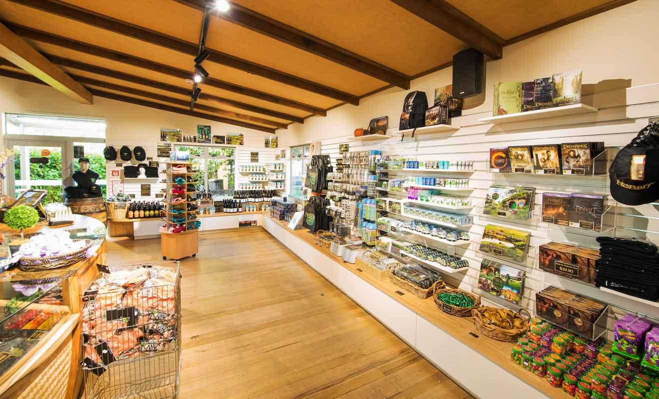 La boutique de Shire's Rest est la plus grande mais ne peut pas rivaliser avec celle de Weta Cave à Wellington.