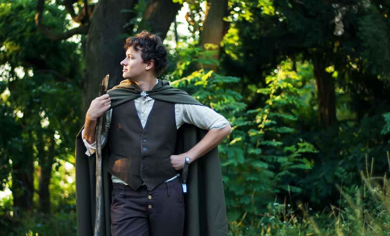 Les Hobbit vivent en paix à l'écart d'un monde dont ils ignorent les enjeux.
