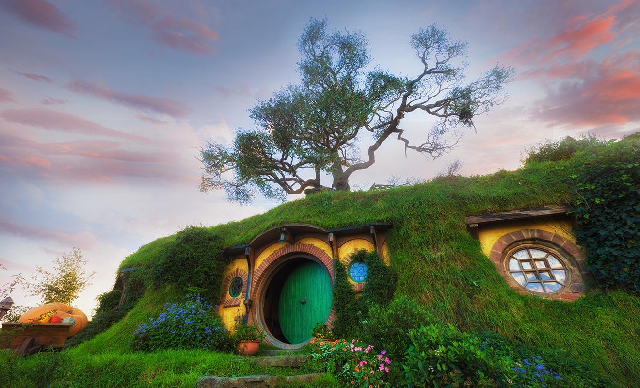 Il ne s'agit pas d'une construction spéciale, mais bel et bien du décors qui a servi pour le tournage du Hobbit. Il est entretenu toute l'année par des jardiniers.