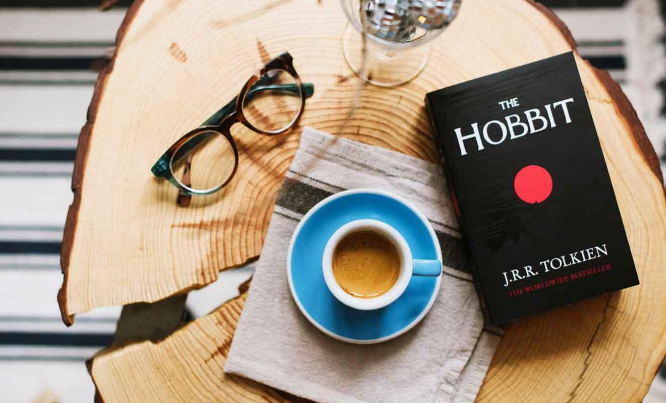 Le Hobbit est un conte pour enfants qui précède le Seigneur des anneaux qui sera le chef-d'oeuvre de Tolkien.