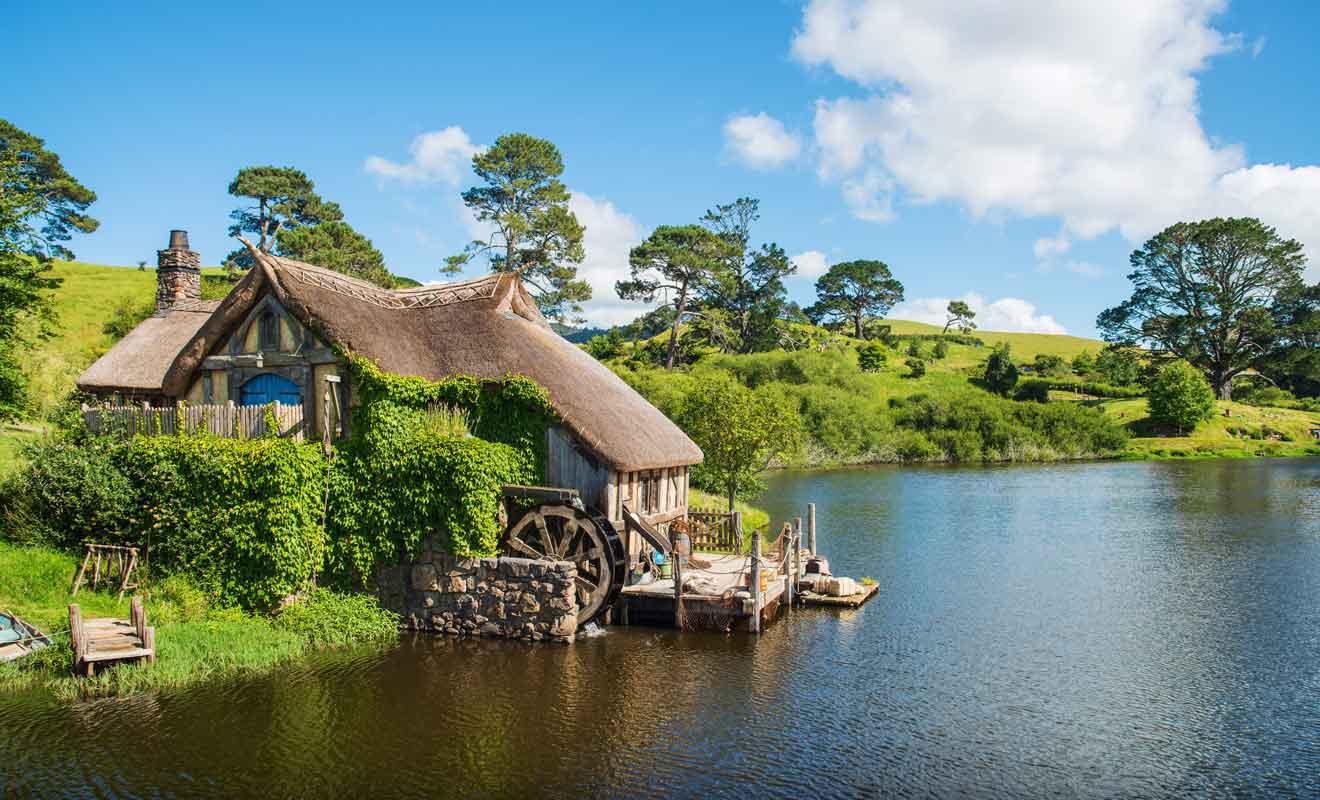 En plus des trous de Hobbit, de nombreuses constructions viennent compléter le décor.