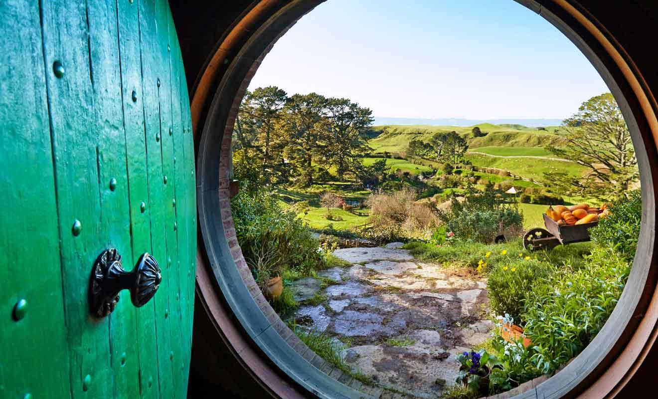 Seul un début de couloir se trouve derrière la célèbre porte verte, car les scènes en intérieur ont été filmées à Wellington dans les studios de Peter Jackson.
