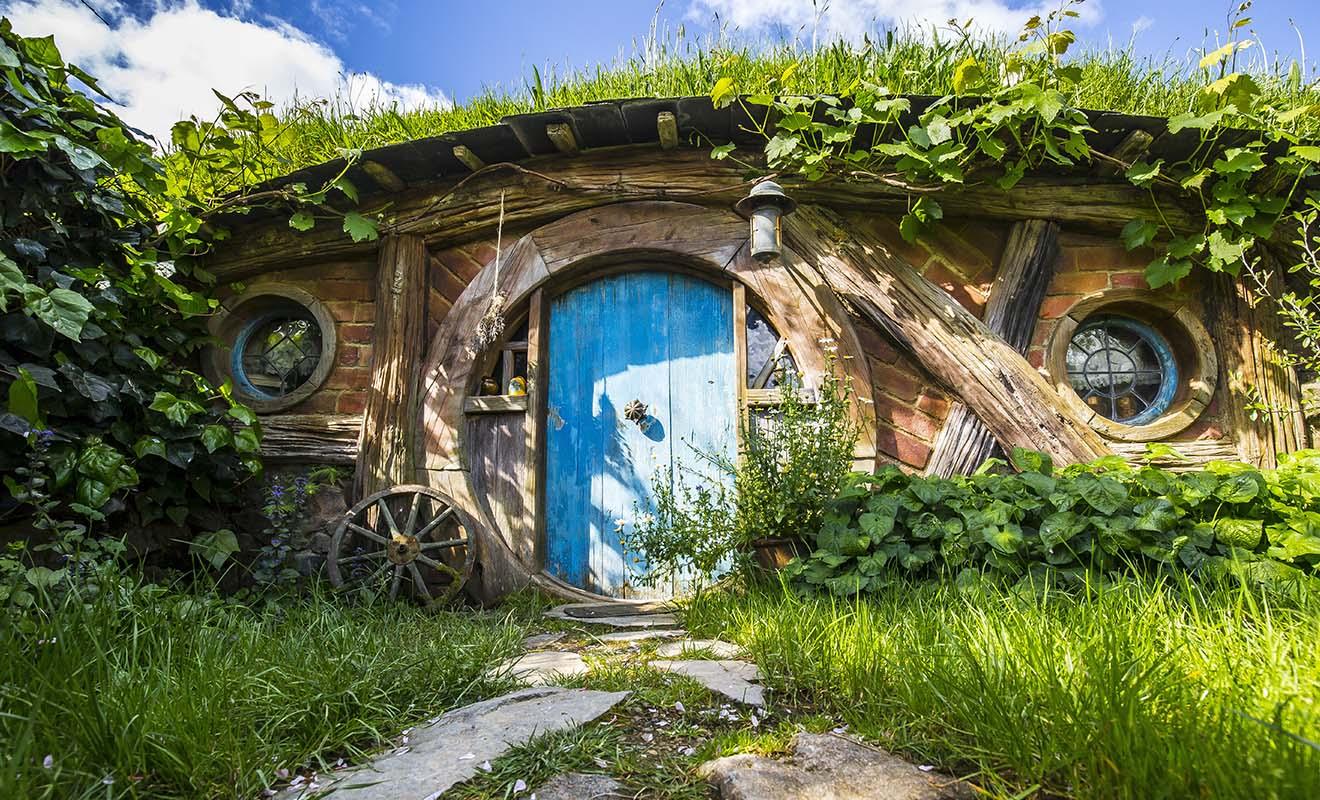 Le village des Hobbits existe réellement en Nouvelle-Zélande, mais seul l'extérieur des maisons se visite.