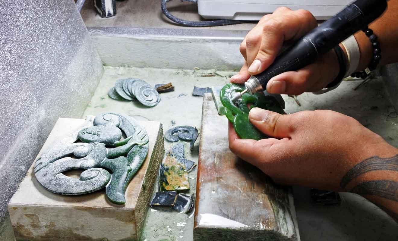 Certains ateliers accueillent les clients et les assistent dans la création d'un bijou fait main.