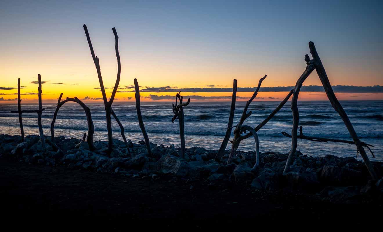 Composé de branches ramassés sur la plage, le Driftwood Sign est né lors d'un concours.