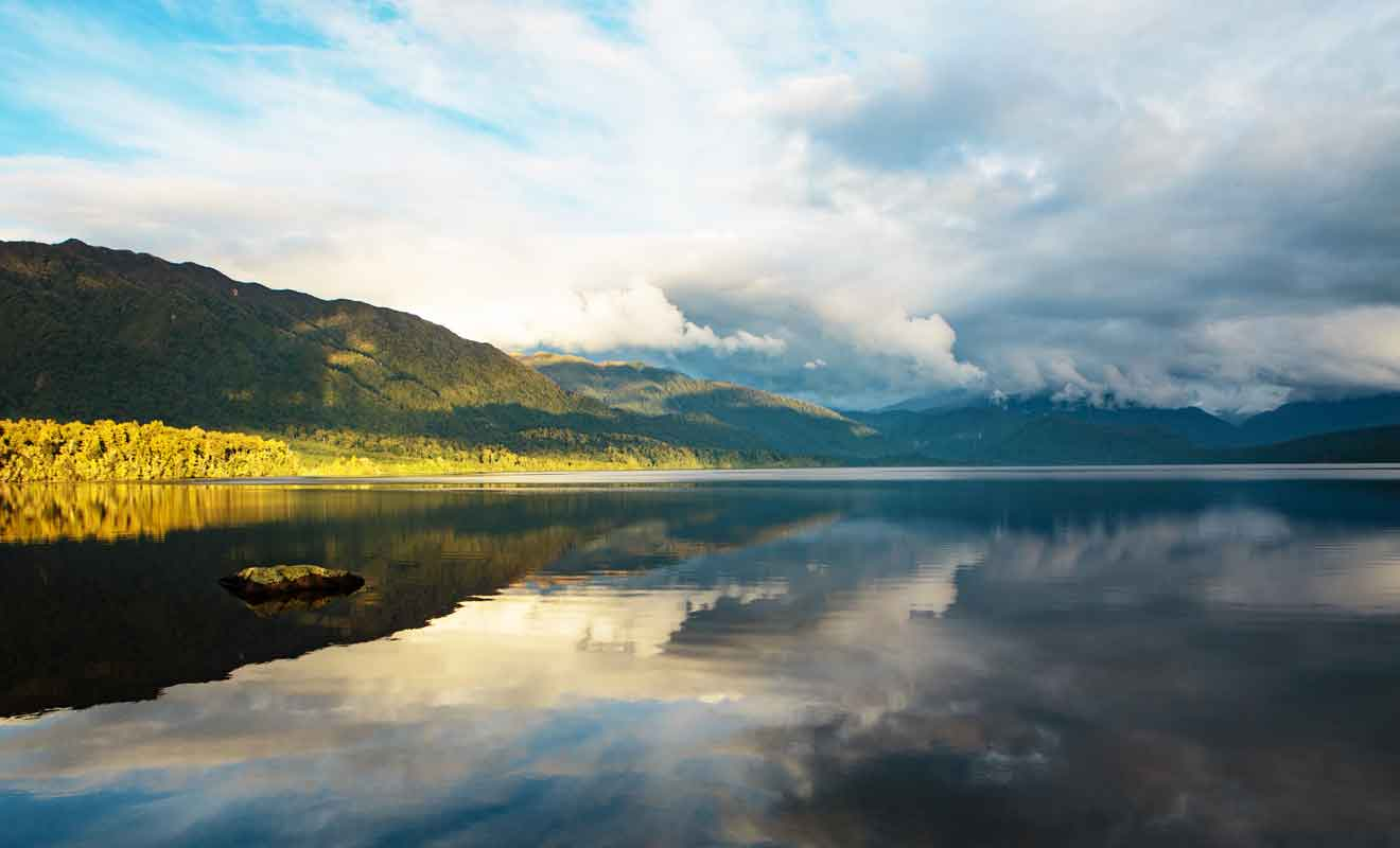 Les eaux du lac sont plus calmes en soirée et vous pourrez admirer le paysage qui se reflète à la surface.