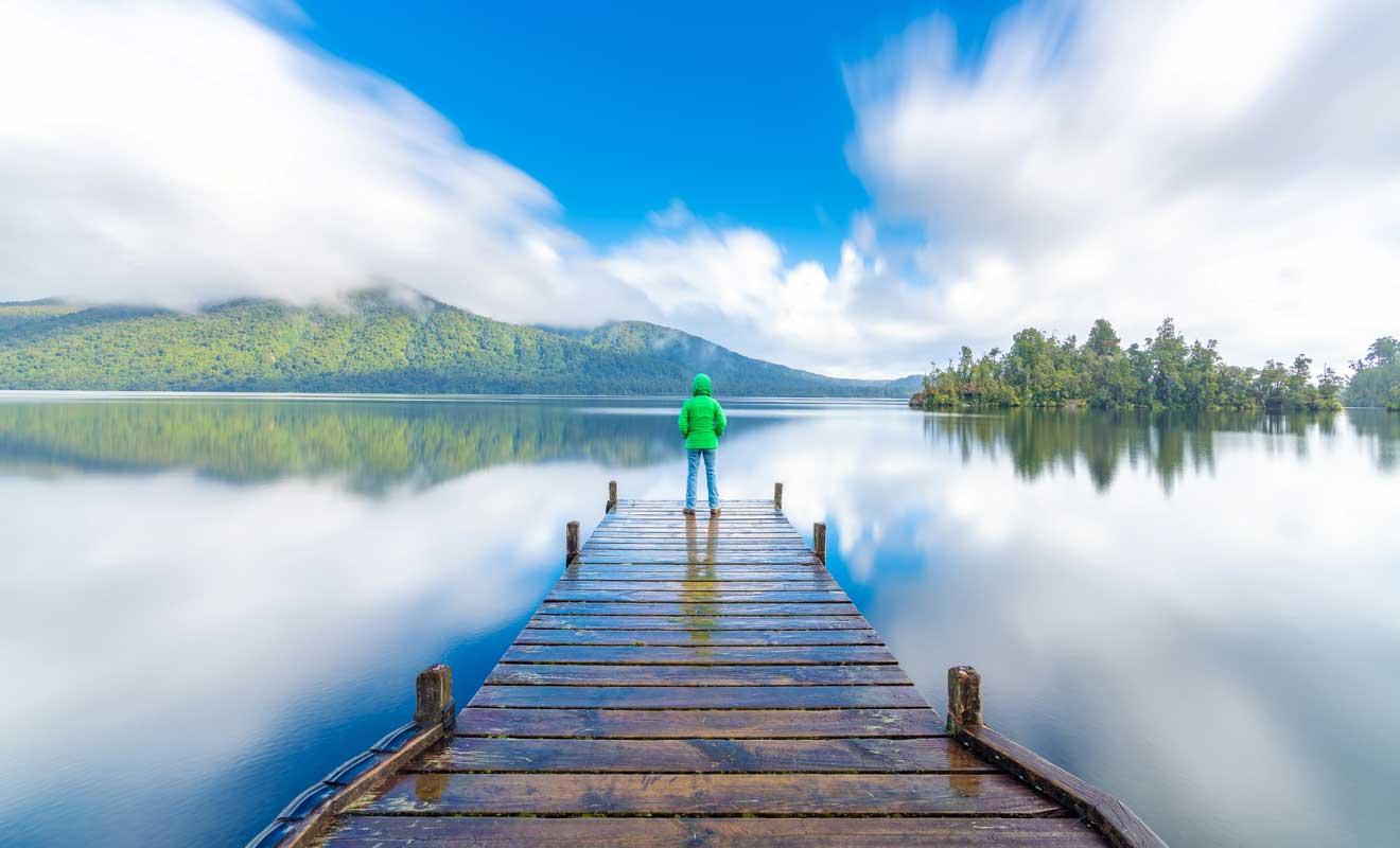 Le reflet du paysage sur la surface du lac est extraordinaire.