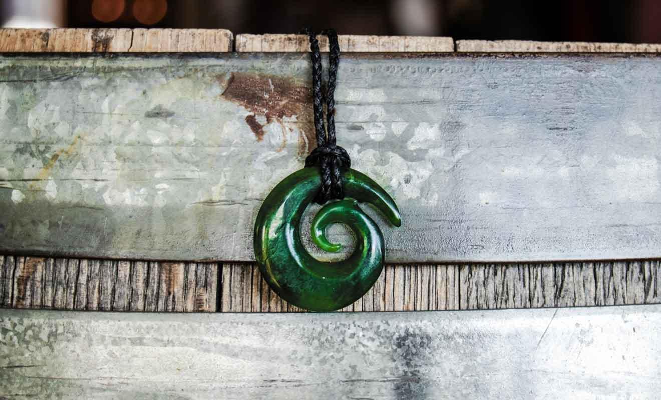 Les bijoux en forme de symboles maoris sont supposés protéger et apporter la chance à leur porteur.