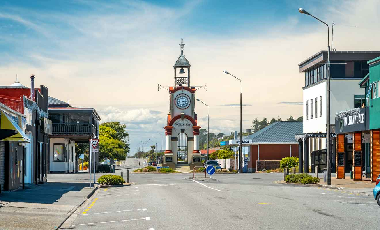 Il ne faut pas beaucoup de temps pour visiter le village, car la plupart des commerces sont regroupés autour de la place avec l'horloge.