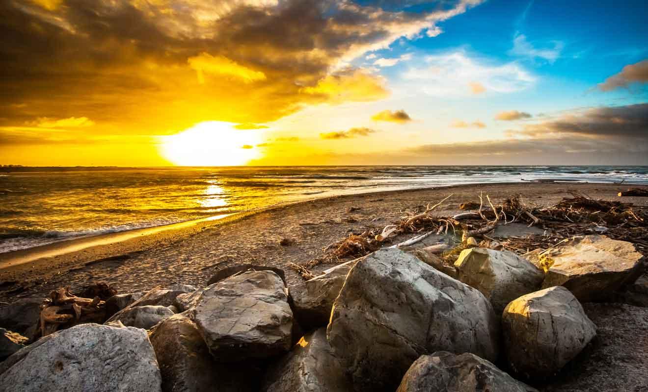 Avec son sable gris et ses galets, la plage d'Hokitika est l'une des plus sauvages de Nouvelle-Zélande.