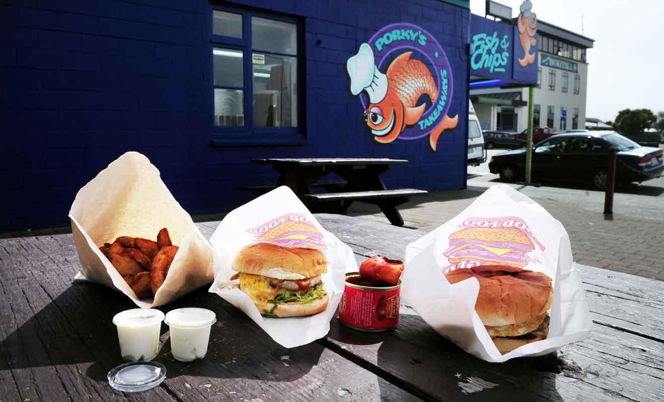 Porky's est surtout spécialisé dans les Fish'n chips, même si vous pourrez y déguster aussi des hamburgers.