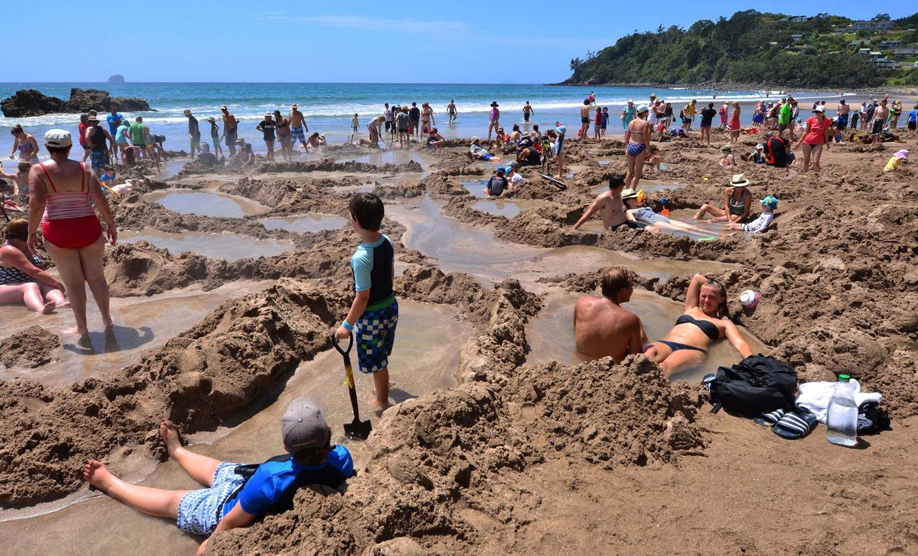 Durant la haute saison, la plage de Hot Water Beach est fréquentée par les vacanciers d'Auckland et il n'est pas toujours possible de trouver de la place.