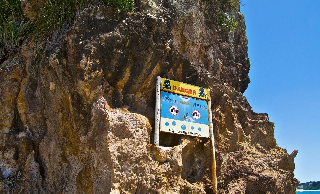 La baignade n'est autorisée que dans un périmètre précis surveillé par des maitres nageurs. En dehors de cette zone, des courants dangereux sont présents.