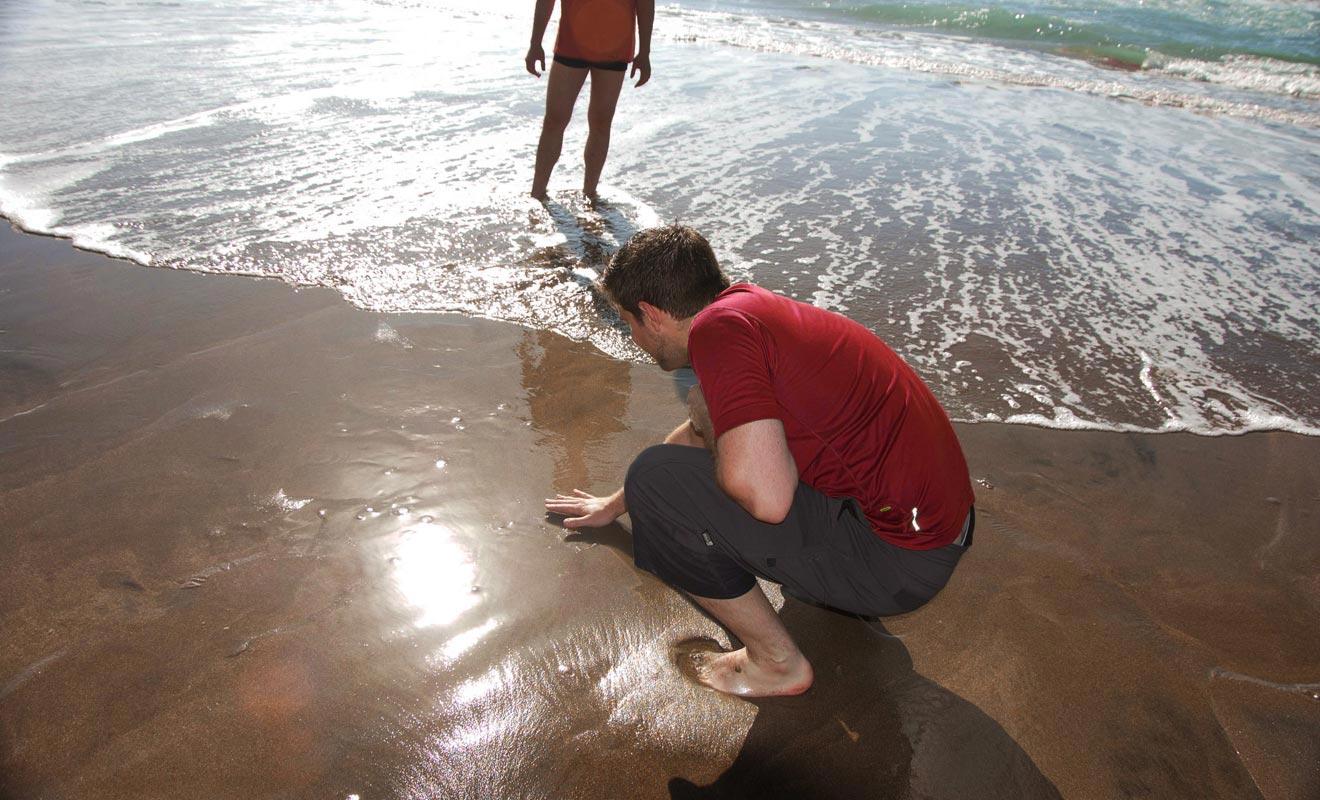 Une manière de s'assurer que la source est sous nos pieds consiste à toucher le sable avec sa main. Si vous sentez de la chaleur, alors vous pouvez sortir votre pelle.
