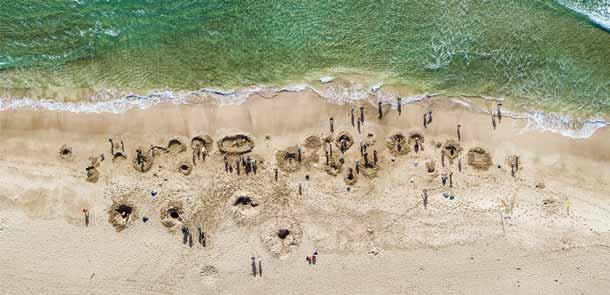 La source thermale d'eau chaude qui s'écoule sous la plage ne demande qu'à jaillir à la surface. Il suffit de lui donner un petit coup de pouce pour en profiter.