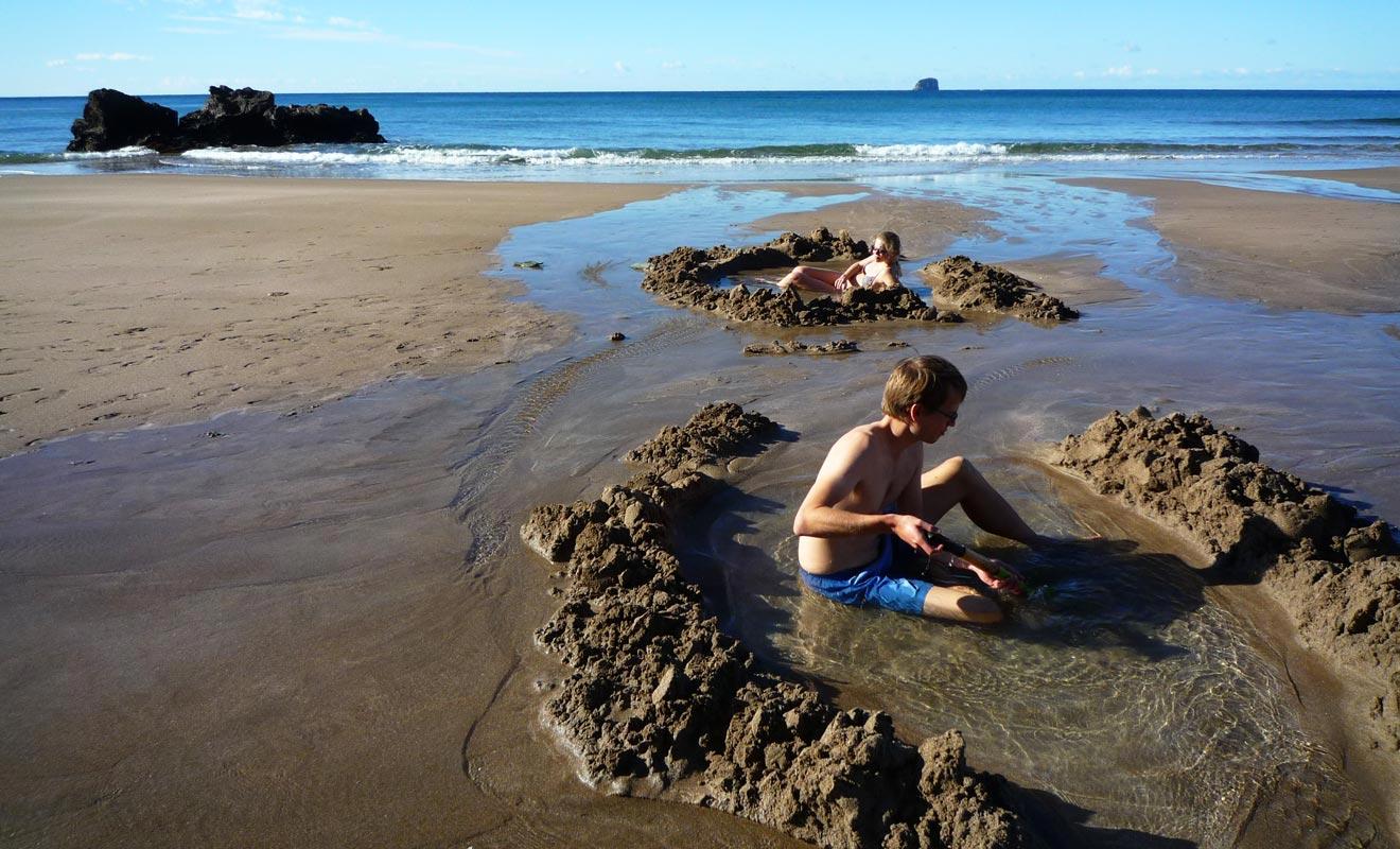 Si la baignade est recommandée en été, il reste possible de se baigner en toute saison grâce aux sources thermales chaudes. C'est le cas notamment à Hot Water Beach ou il suffit de creuser dans le sable pour faire jaillir une eau à 65 ° C !