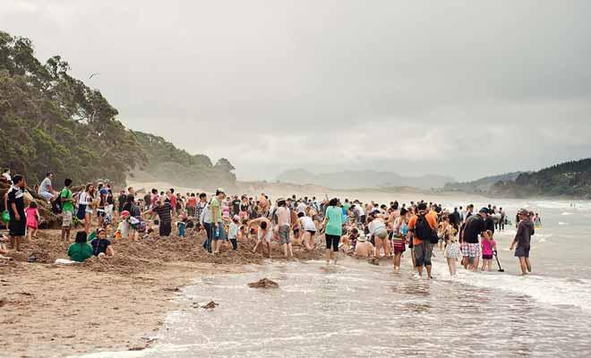 Cette photo est assez trompeuse car il s'agit d'une plage particulière où l'on creuse dans le sable pour former un spa naturel. Il y a donc beaucoup de monde au même endroit, ce qui n'est pas le cas ailleurs dans le pays.
