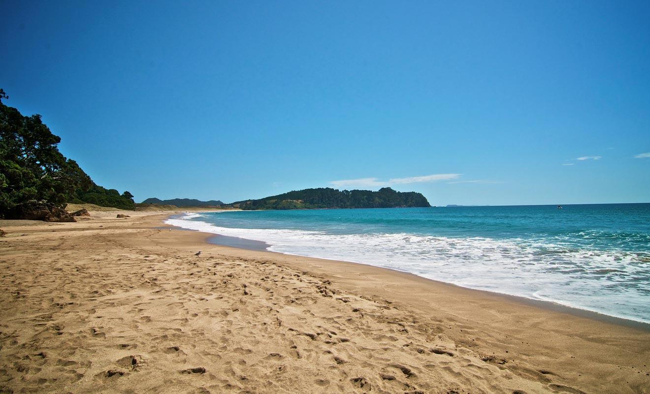 Hors-saison, la plage est souvent déserte. Seuls quelques voyageurs s'arrêtent pour chercher la source.