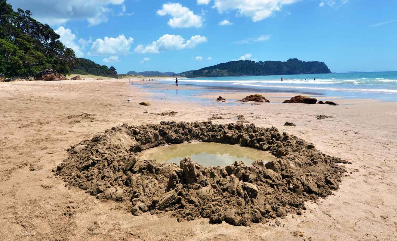 Vous pourrez creuser des spas naturels dans le sable de la plage d'Hot Water Beach.