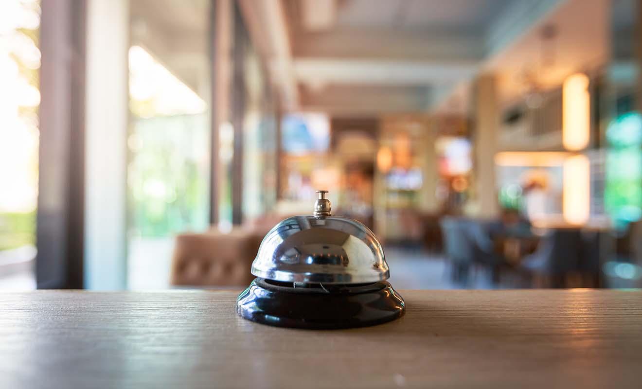 Les personnes qui travaillent dans les hôtels ont l'habitude de recevoir une clientèle composée d'étrangers qui ne parlent pas forcément l'anglais.