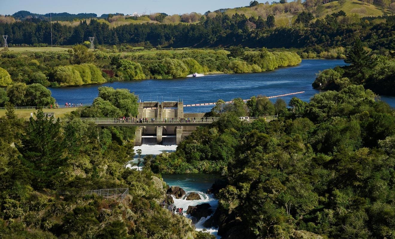 La sirène qui retentit indique que le barrage va s'ouvrir dans quelques minutes. Il faut absolument éviter de se trouver coincé dans le lit de la rivière à ce moment.