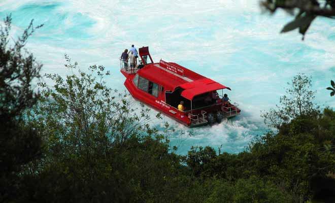 L'alternative au Huka falls jet consiste à emprunter le « Maid of the Falls ». Le bateau s'approche des chutes et on vous servira le thé ou la café à bord.