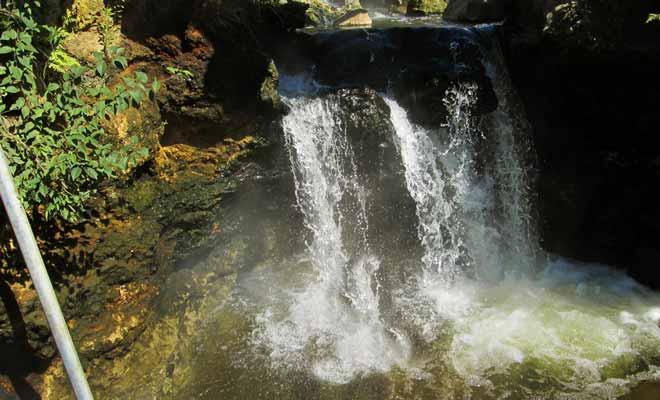 La plupart des gens trouvent la chute d'eau trop chaude. Il vaut mieux profiter du bassin, mais vous pouvez tenter l'expérience.