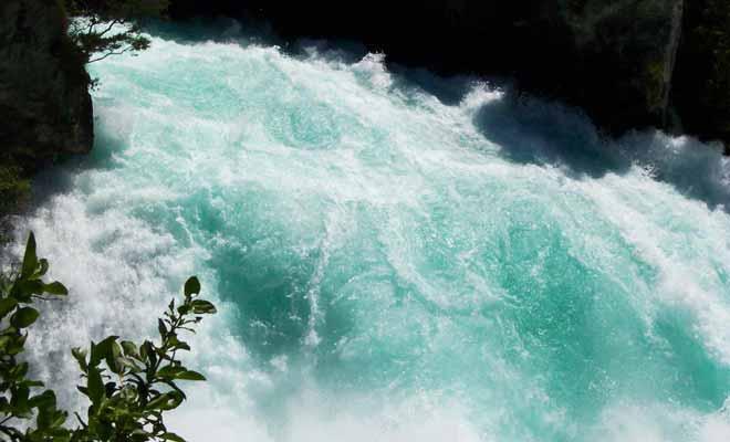 C'est la forte concentration de bulles d'oxygène qui explique la teinte turquoise des Huka Falls.