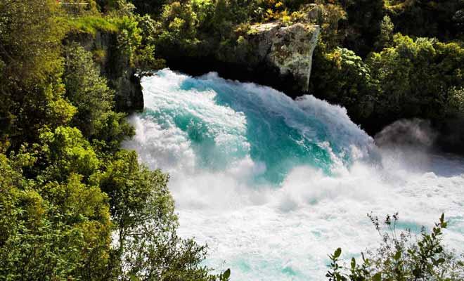 Les Huka Falls sont le résultat d'un goulot d'étranglement sur le fleuve Waikato. La chute ne tombe que de quelques mètres, mais son débit est incroyablement puissant.
